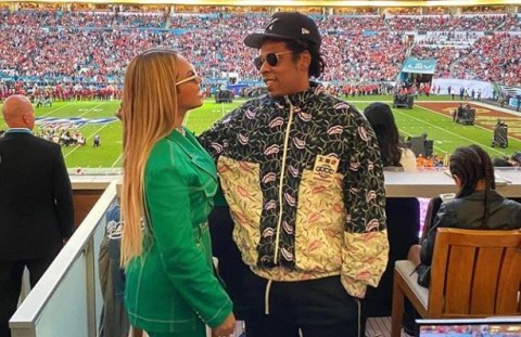 Jay Z And Beyonce Sit Down During The Nation Anthem